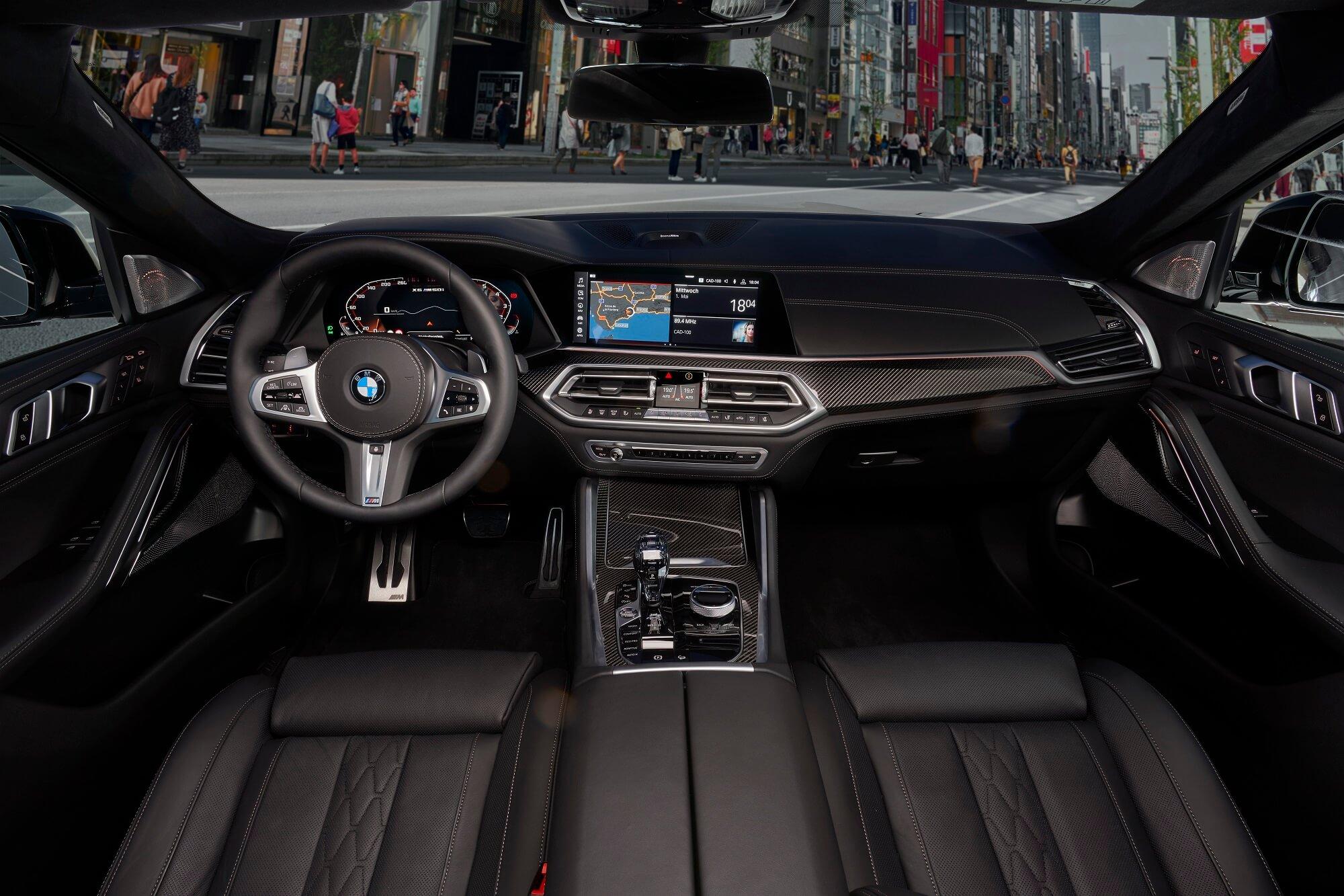 Foto mostra o painel do X6 de frente, com o quadro de instrumentos configurável e a tela de 12 polegadas da central multimídia