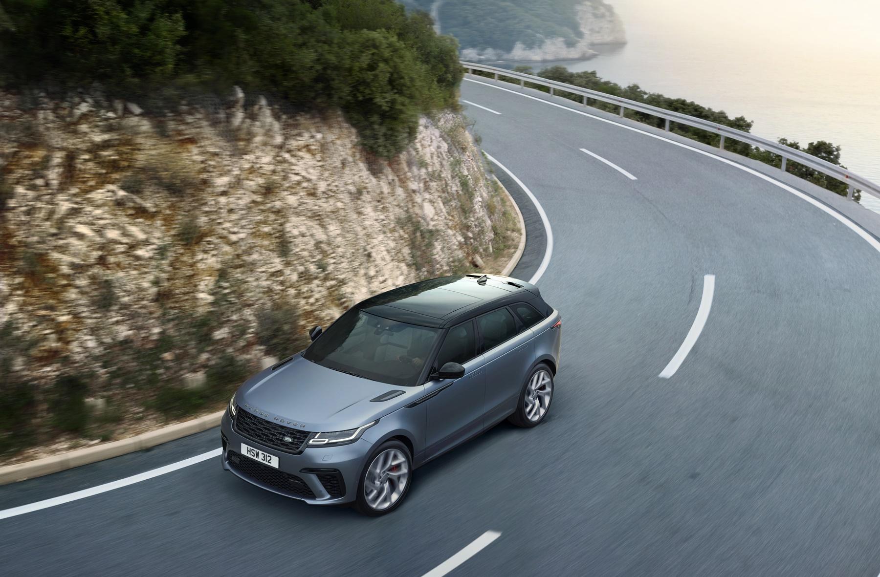 Range Rover Velar SV Autobiographyrafao de cima fazendo curva em uma estrada sinuosa com um morro de pedras
