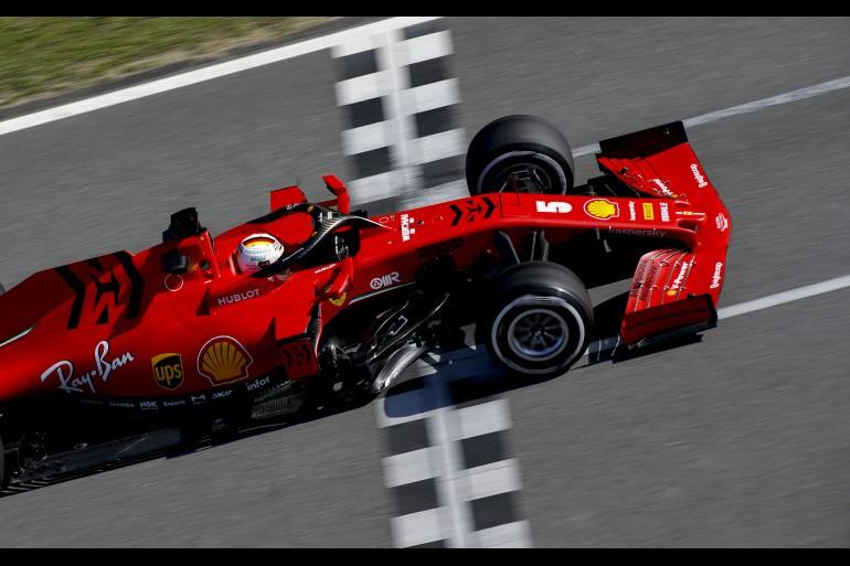 Vista de cima, carro da Ferrari de Fórmula 1 atravessa o grid de largada pintado na pista no circuito de Em Barcelona F1 2020