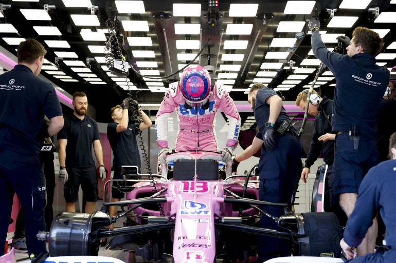 Piloto da Racing Point sai do carro de fórmula 1 rosa