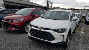 Flagra Novo Tracker branco em pátio de estacionamento