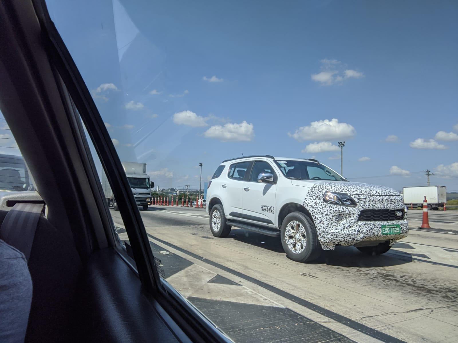 Flagra Do Chevrolet Trailblazer branco em movimento na estrada com adesivos de disfarces na grade e para-choque