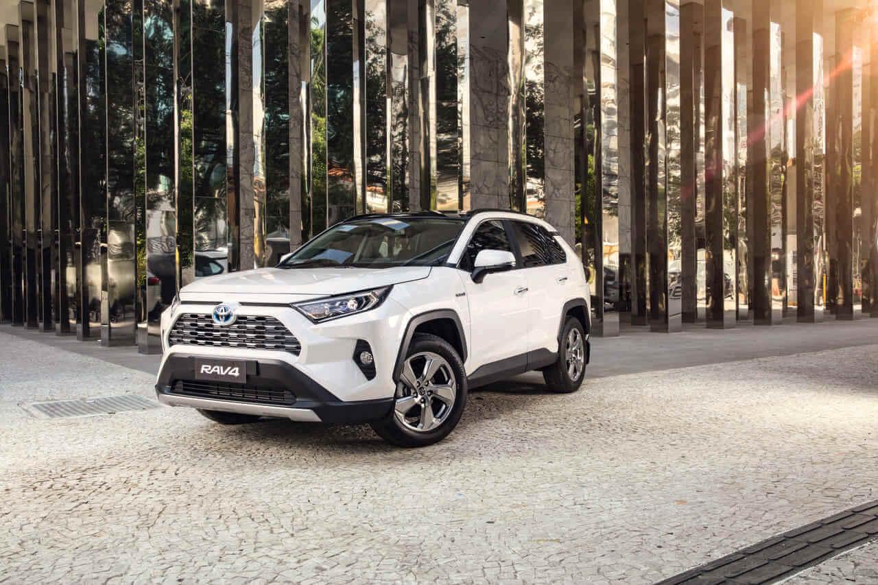 Toyota Rav4 branco de frente tendo ao fundo colunas espelhadas