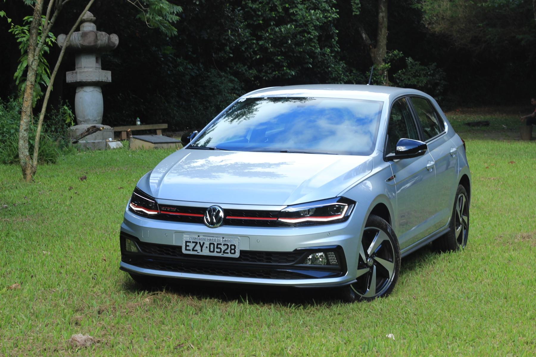 Volkswagen Polo Gts prata de frente em cima de um gramado e com um chafariz ao lado