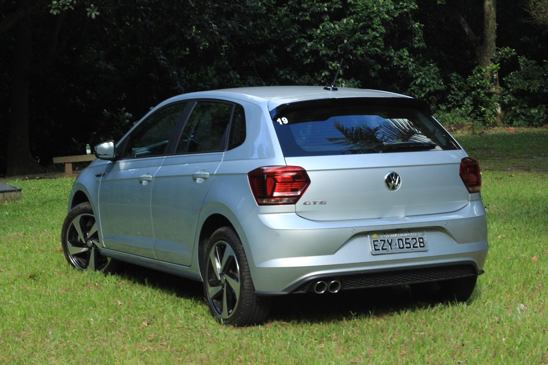 Volkswagen Polo GTS de traseira na cor parata em gramado