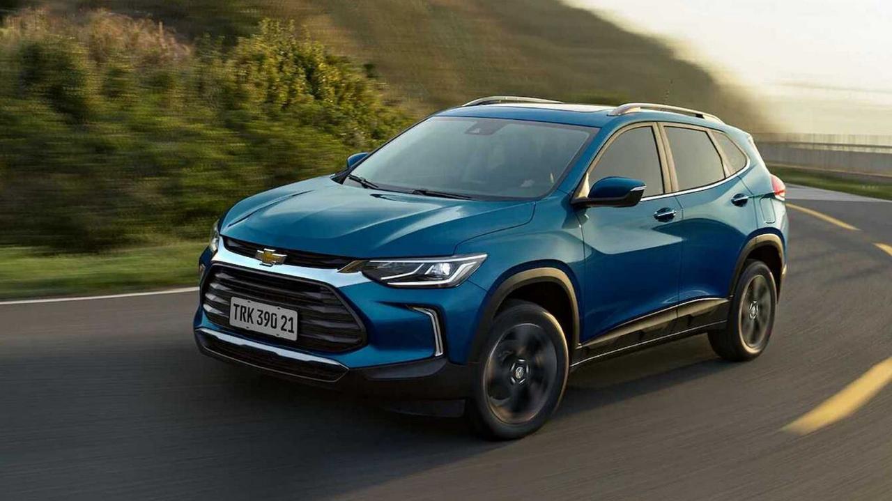 Chevrolet Tracker azul em nova geração em movimento na estrada