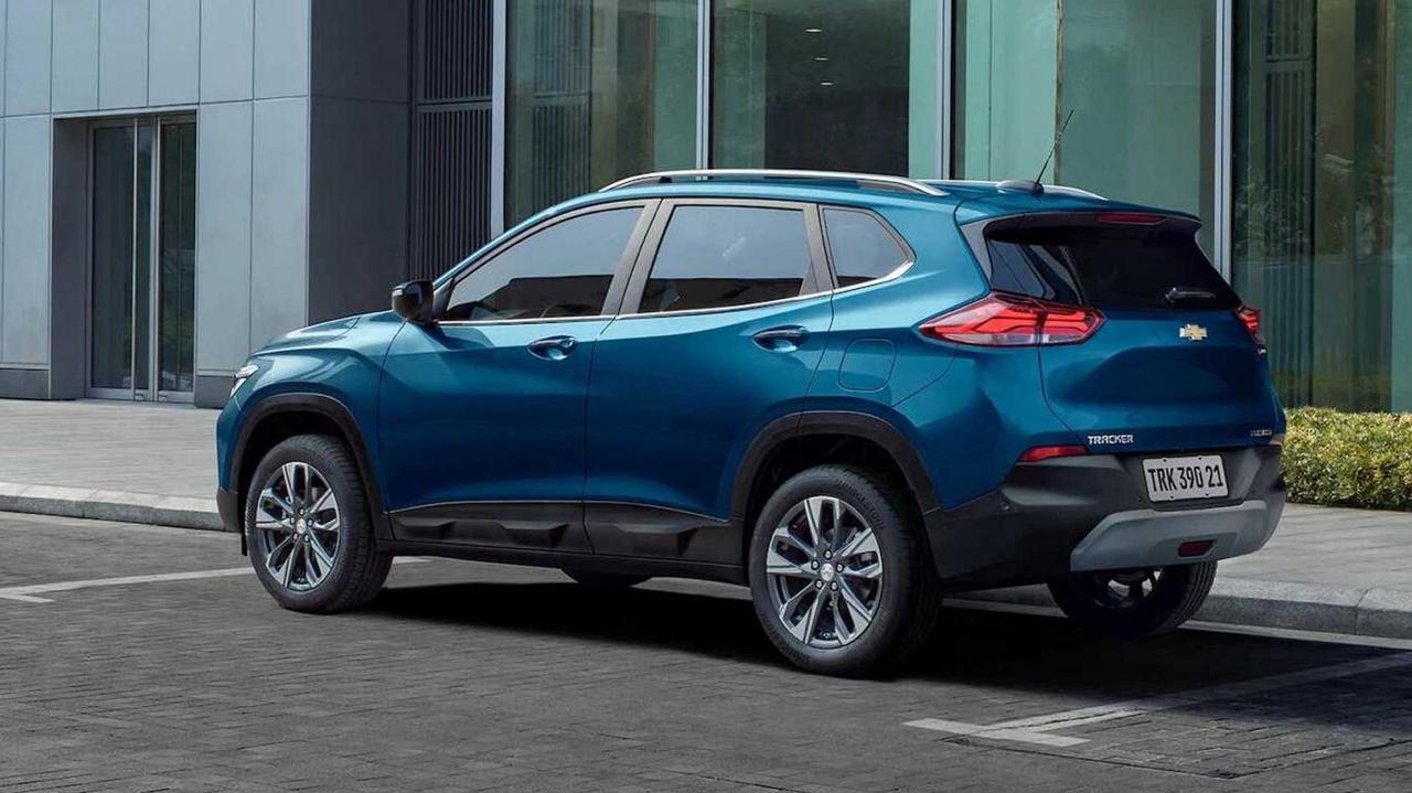 Chevrolet Tracker azul estacionado em frente a prédio visto d etraseira