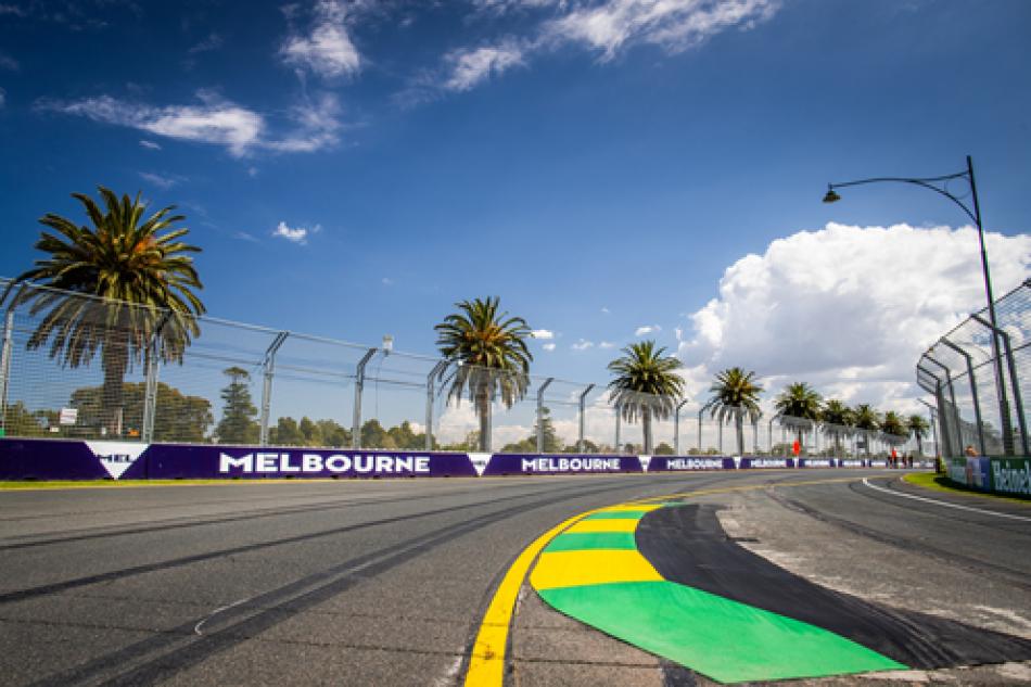 Foto mostra curva sem carros e com a zebra verde e amarelo do circuito Albert Park, em Melbourne, na Austrália