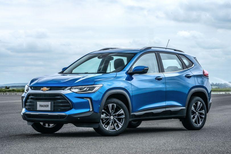 Novo Tracker azul de frente estacionado no campo de provas da GM e um céu infinito ao fundo