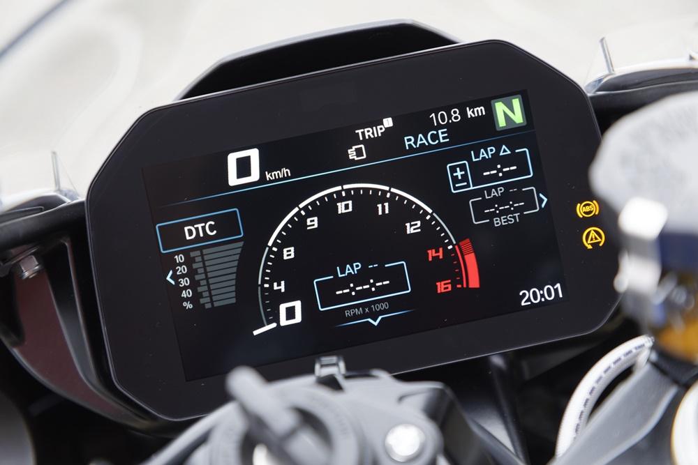 Quadro de instrumentos da moto em tela configurável mostra o conta-giros