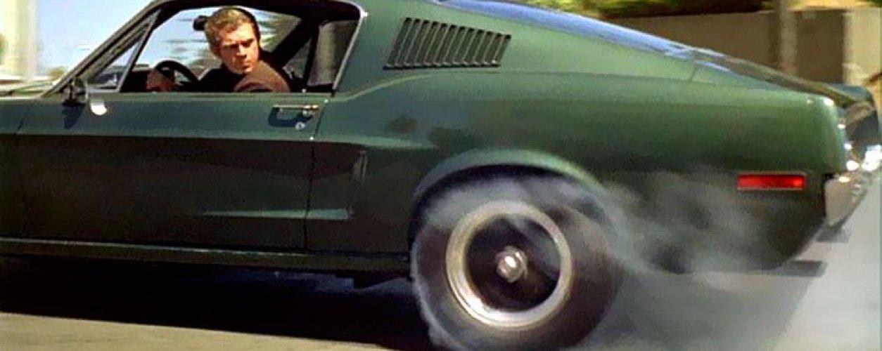 Cena do filme Bullit mostra o Mustang verde pilotado por Steven McQueen queimando borracha do pneu