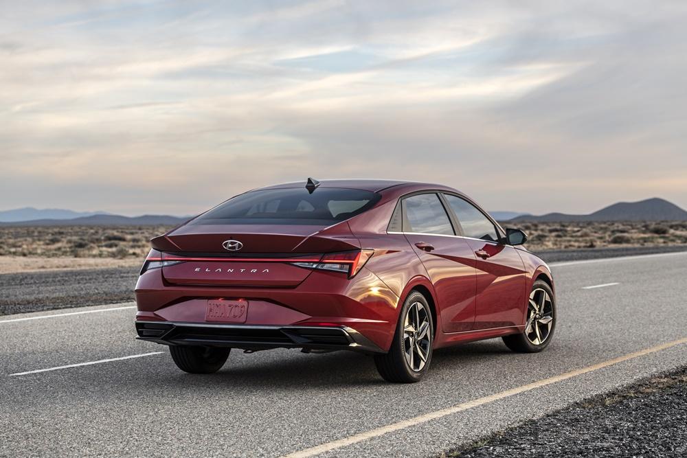 Novo Hyundai Elantra de traseira na cor vermelha com terceira coluna com caimento de cupê