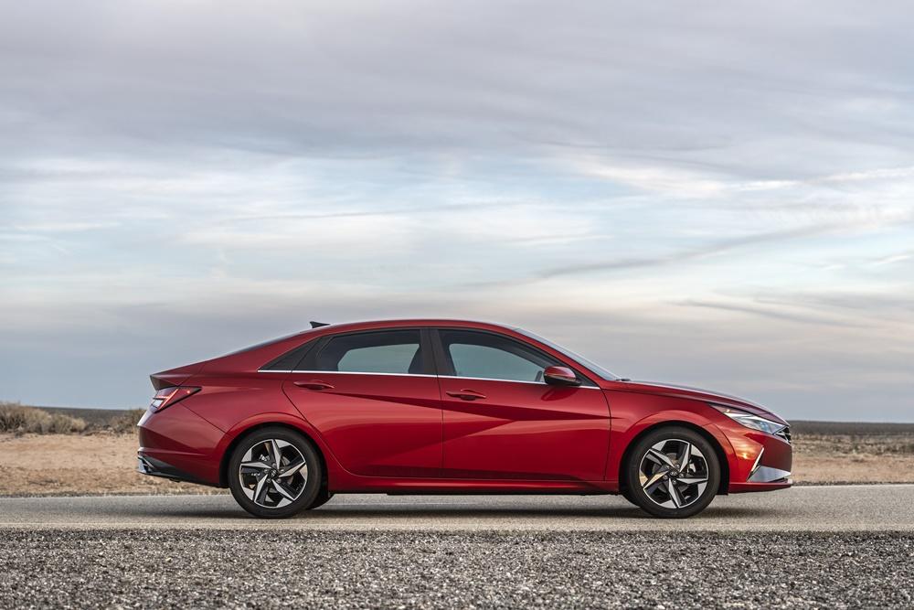 Novo Hyundai Elantra vermelho visto de perfil tem vincos que formam uma cavidade em forma de seta na porta dianteira