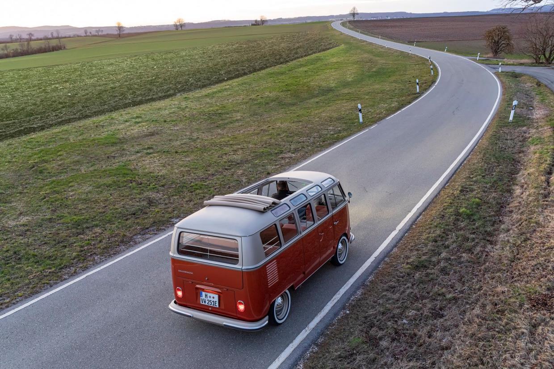 A Kombi vista de cima em uma estrada com um extenso gramado e a rodovia se perdendo no horizonte
