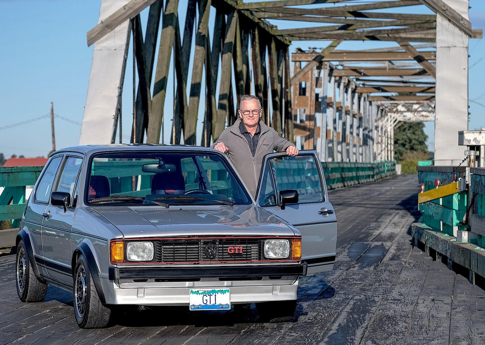 O engenheiro ao lado do Golf Gti 1983 restaurado na entrada de uma ponte