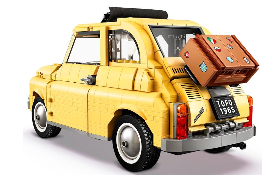Fiat Lego 500 miniatura de traseira com detalhe da mala amarrada na tampa traseira
