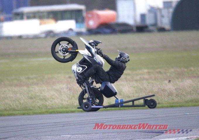 Tom Cruise empinando moto