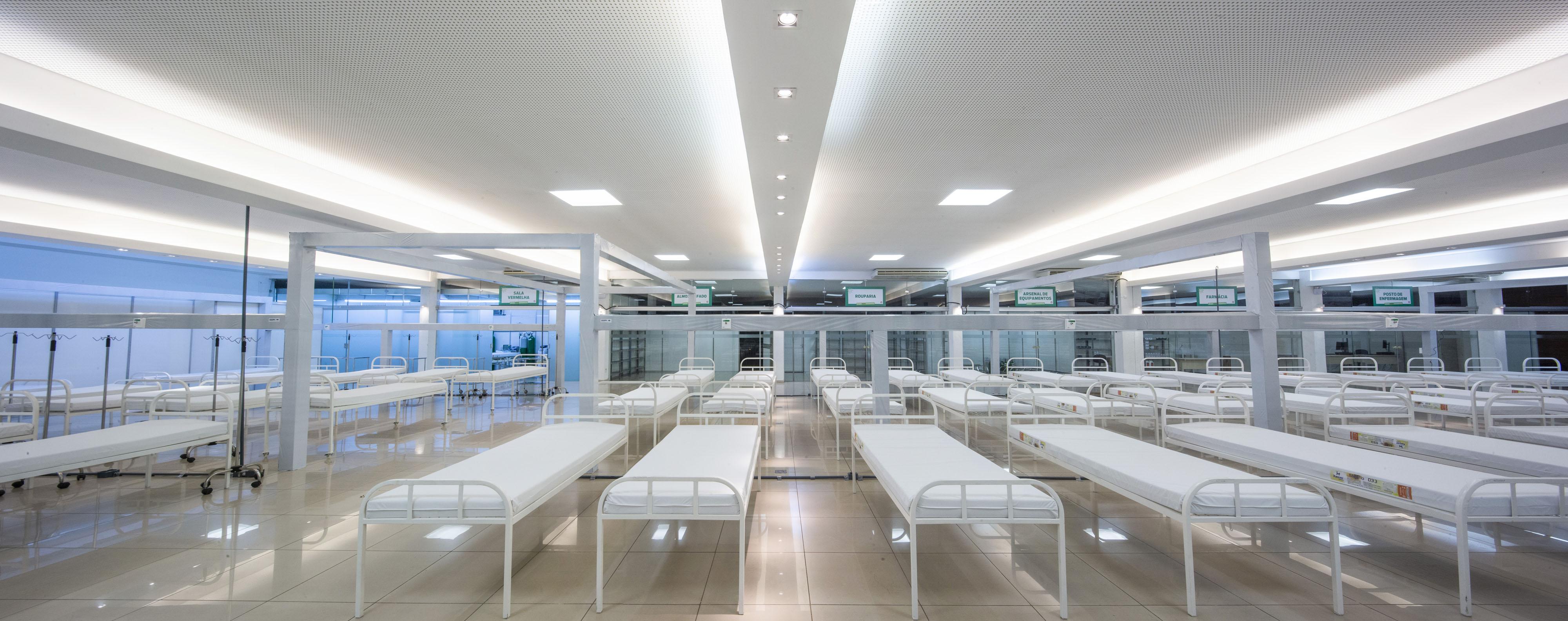 Foto mostra vários leitos dentro do Fiat Clube no Hospital De Campanha de Betim