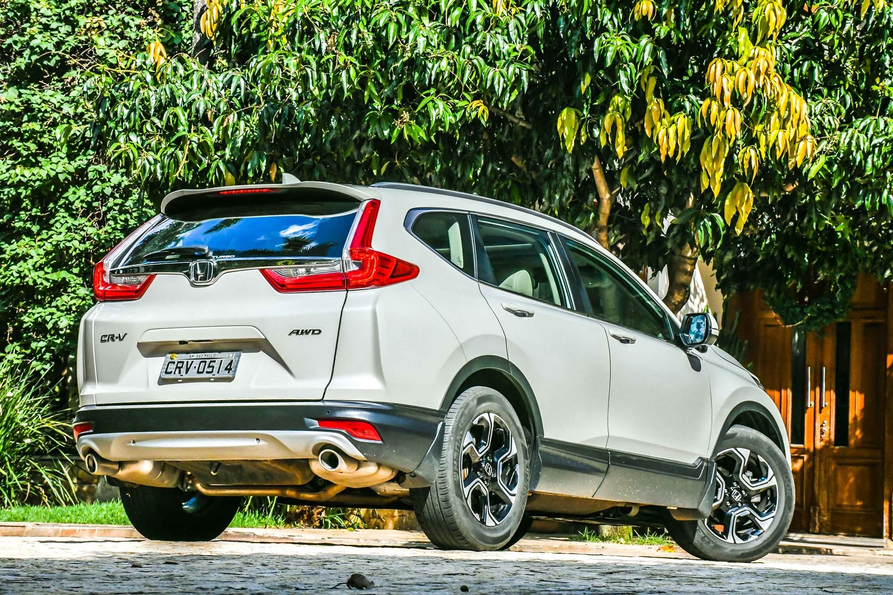 Honda CR-V branco de traseira com árvores ao fundo