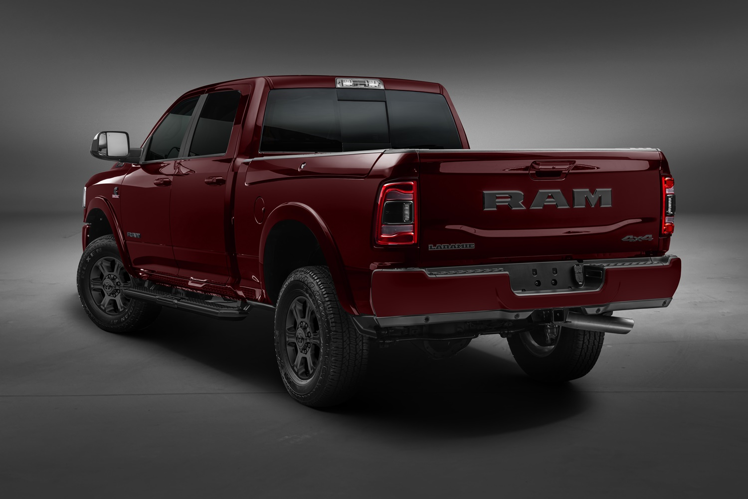 Ram 2500 Night Edition de traseira com estribo preto