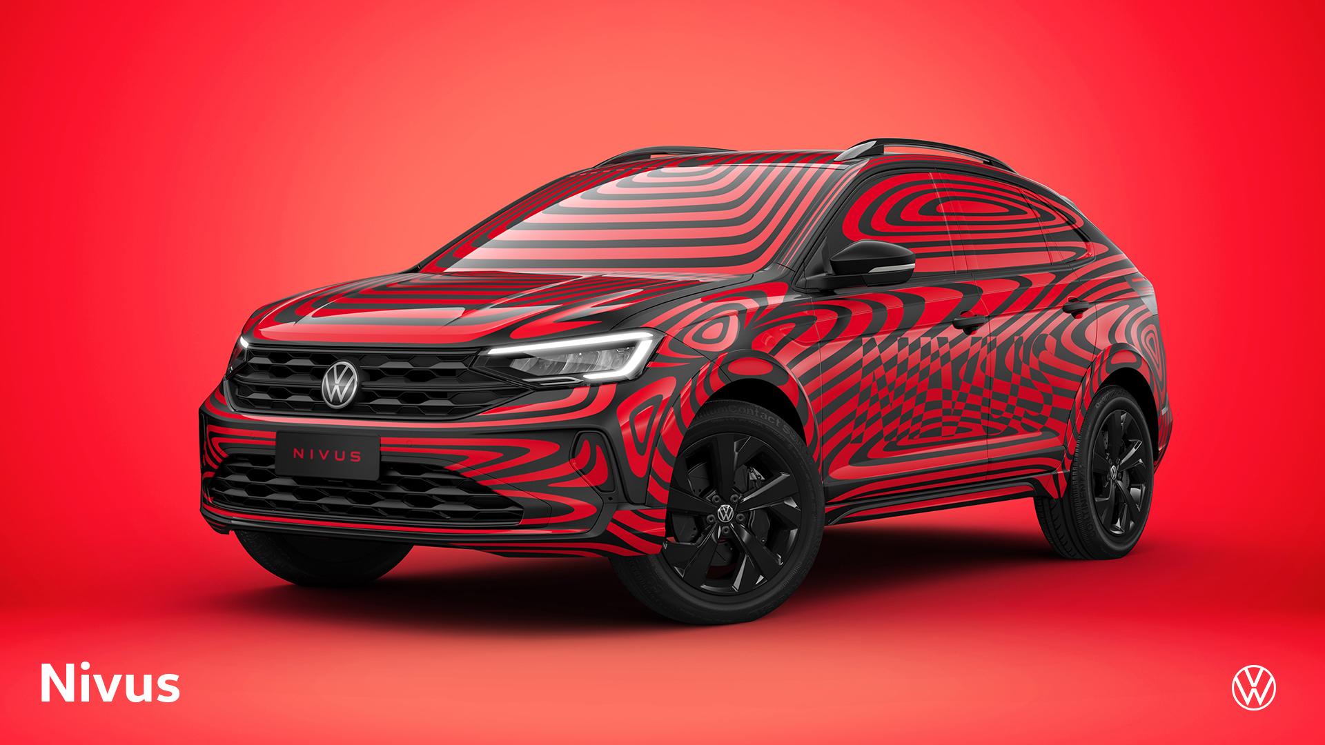 Volkswagen Nivus com camuflagem preta e vermelha em foto oficial da Volkswagen num estúdio com fundo vermelho