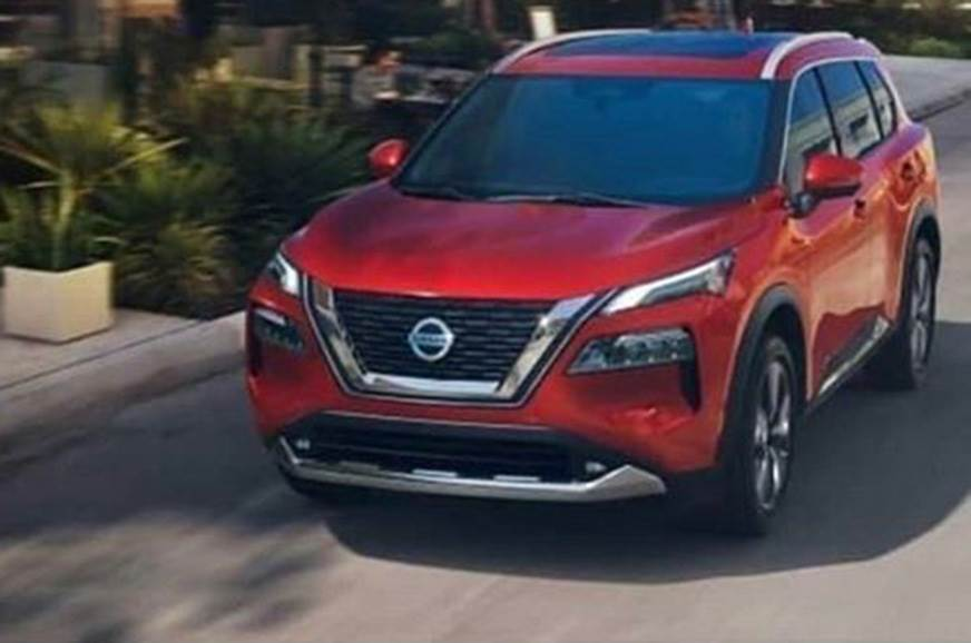 Nissan X Trail vermelho em movimento com faróis em duas seções e grade mais arredondada