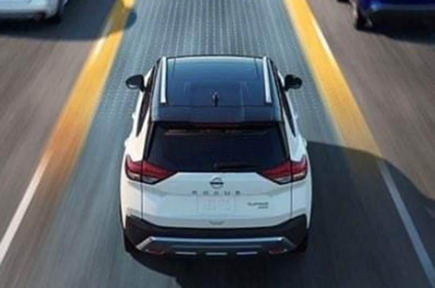 Nissan X Trail de traseuira e do alto em movimento na estrada