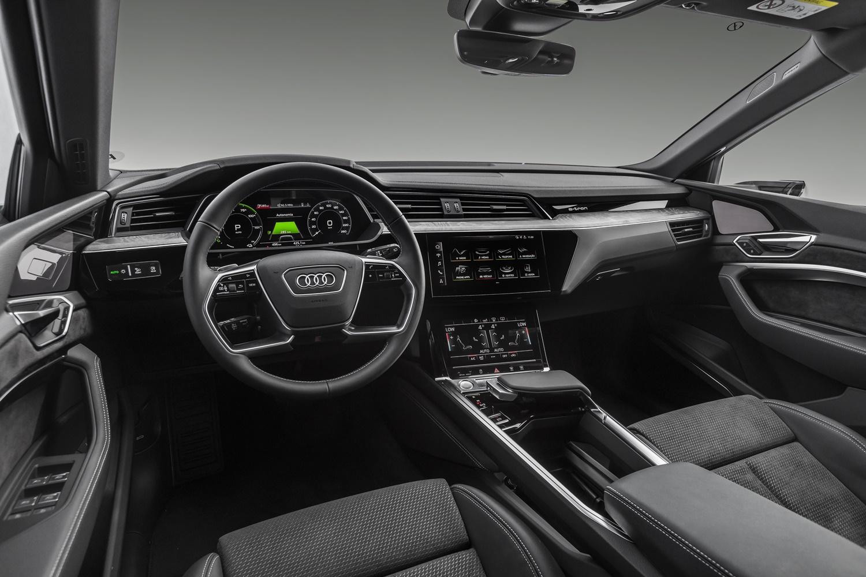 Foto da cabine do Audi e-tron mostra o painel com três telas espalhadas