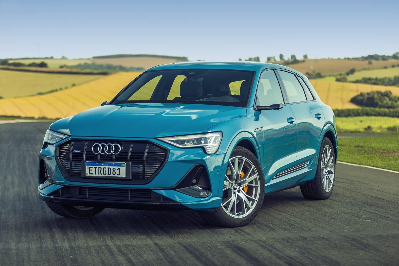 Audi E Tron azul de frente com gramado verde claro ao fundo
