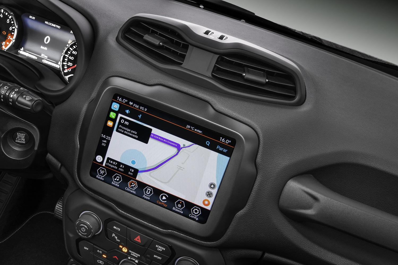 Detalhe da central multimídia no painel do Jeep Renegade Limited