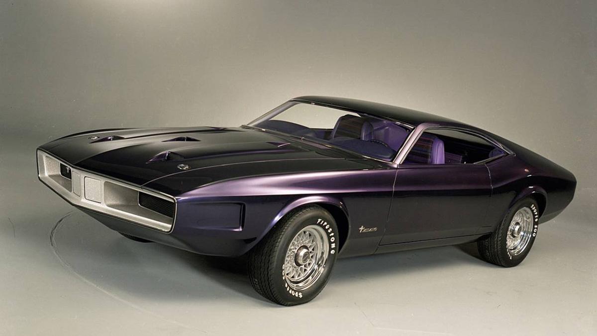 Ford Mustang Milano Concept 1970 roxo de frente com capô longo e faróis embutidos na moldura reta da frente