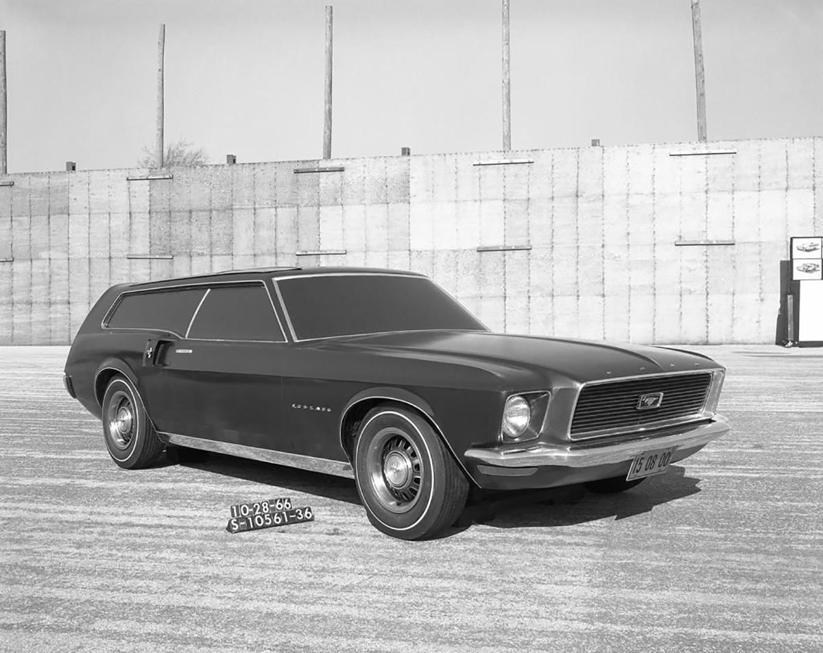 Ford Mustang Stationwagon escuro de frente em foto preto e branco