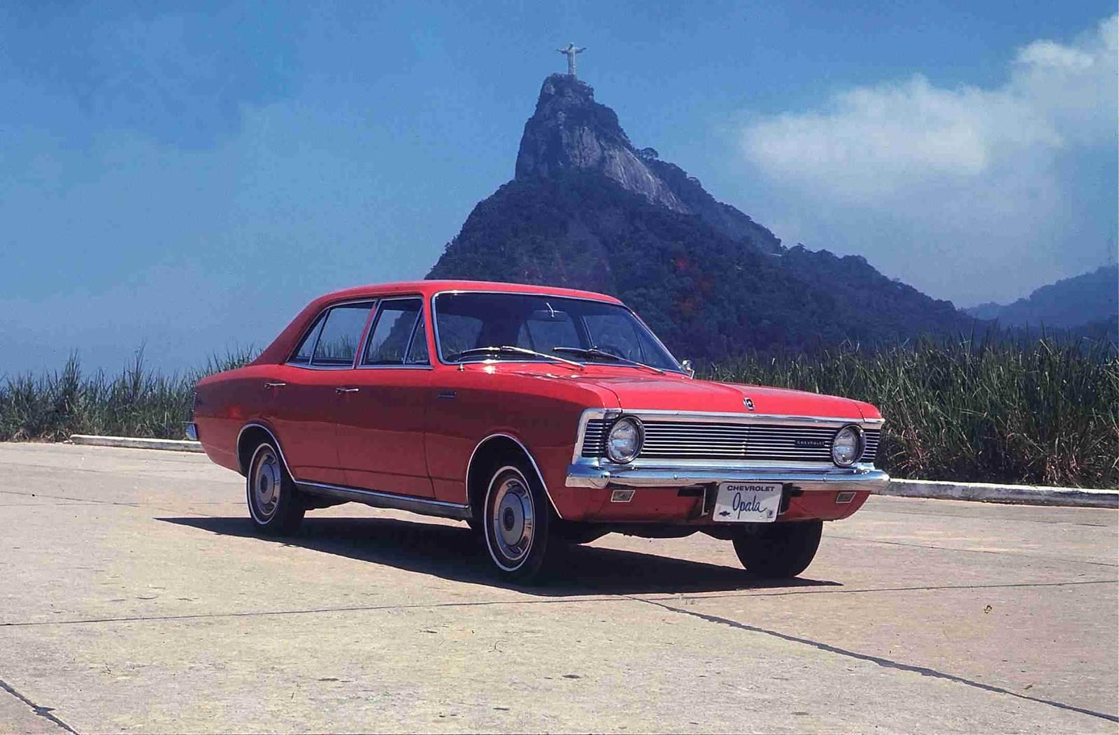 Chevrolet Opala No Rio com céu azul e Cristo Redentor ao fundo
