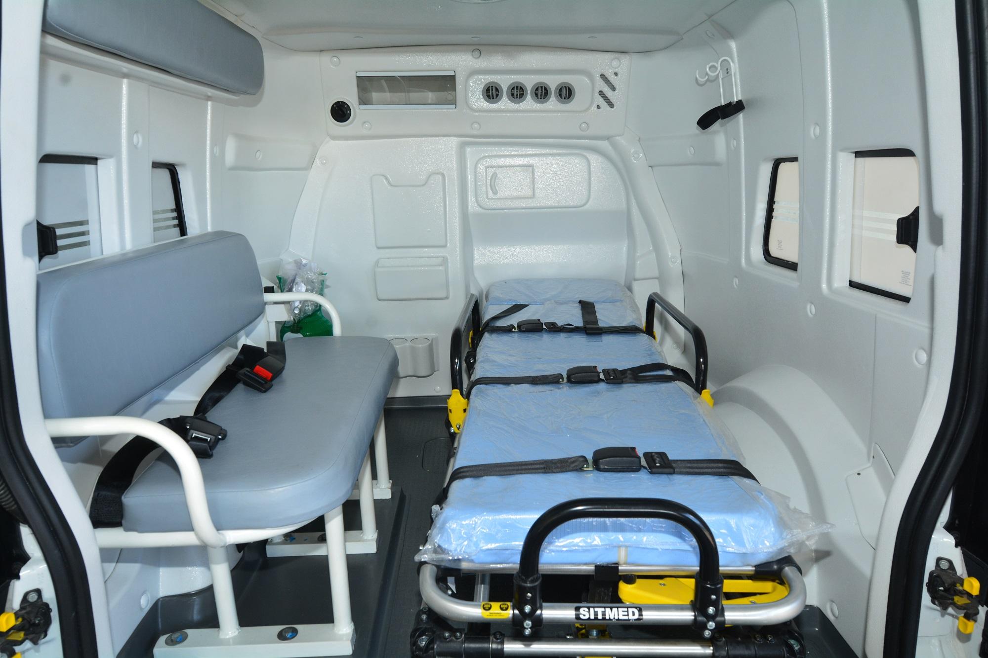 Compartimento interno do Fiorino mostra Maca, banco para acompanhante esuportes para cilindro de oxigênio e soro