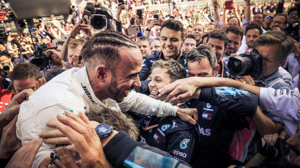 Lewis Hamilton é carregado por membros da equipe da Mercedes