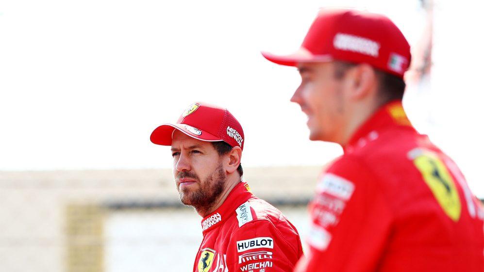 Sebastian Vettel com boné e jaqueta da Ferrari com olhar distante