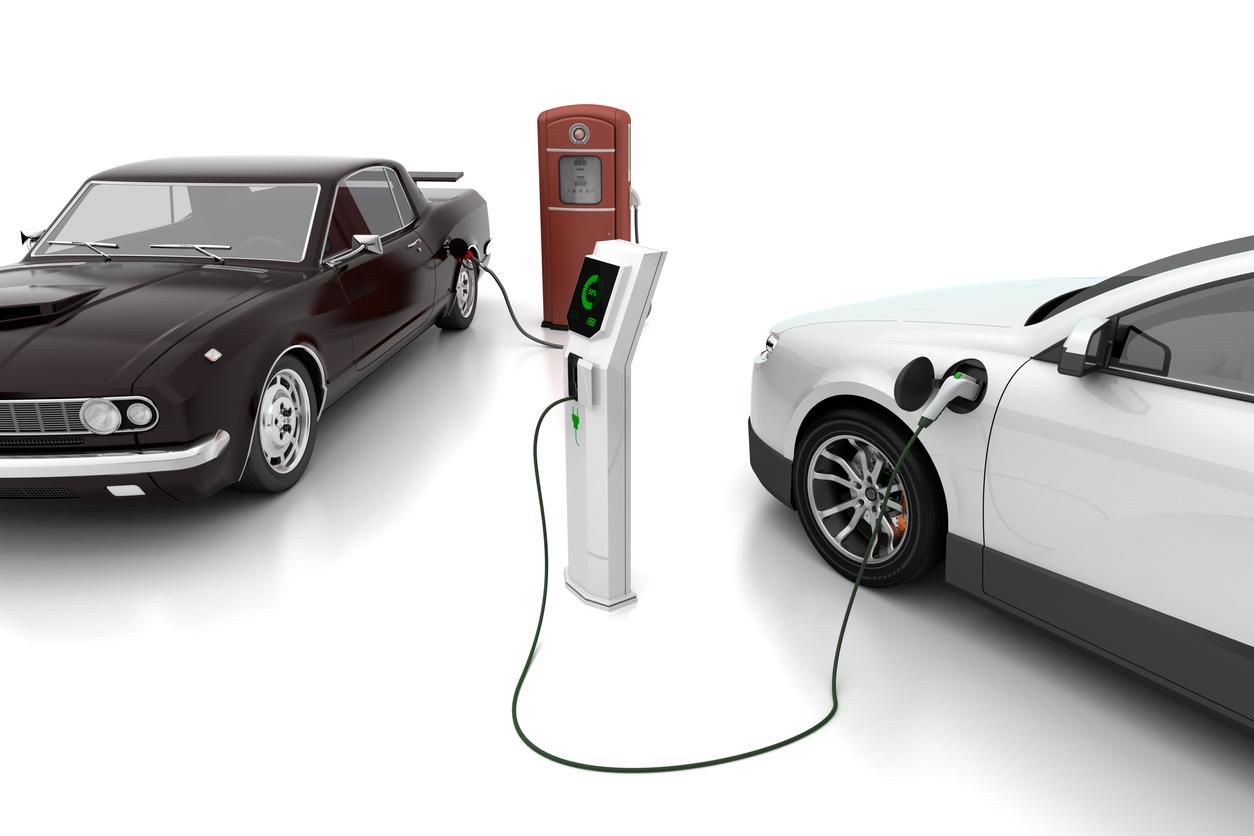 Montagem mostra parte de um carro preto abastecendo gasolina na bomba de combustível e outro veículo branco sendo carregado na tomada elétrica