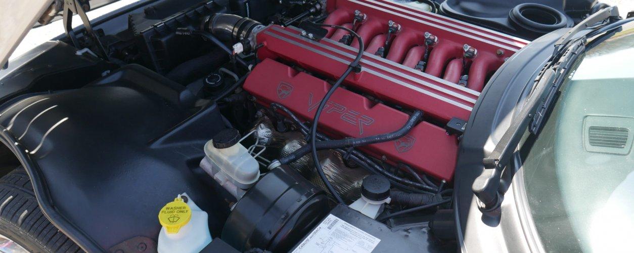 Imagem mostra motor V10 com capa vermelha do Dodge Viper