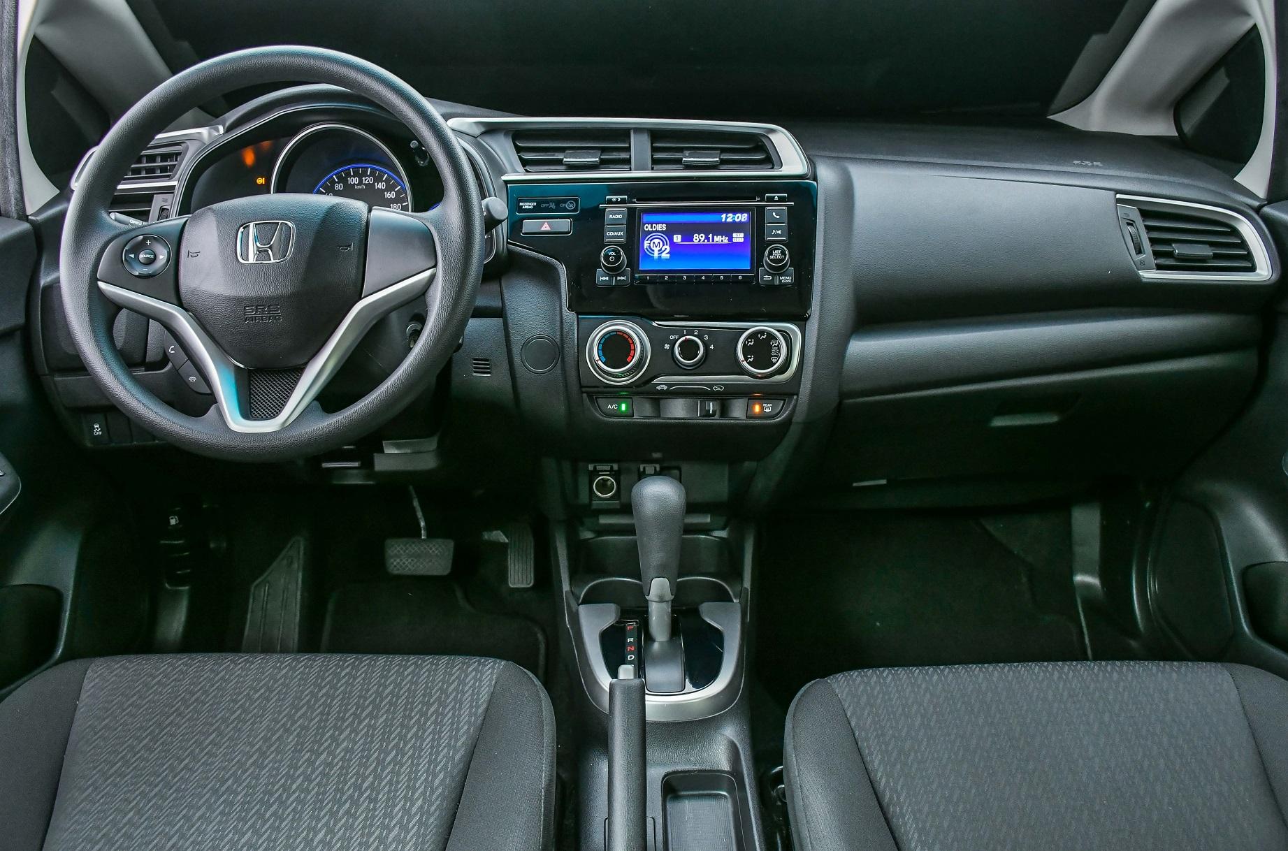 Painel do Honda Fit é sóbrio e bem construído, porém merecia mais equipamentos