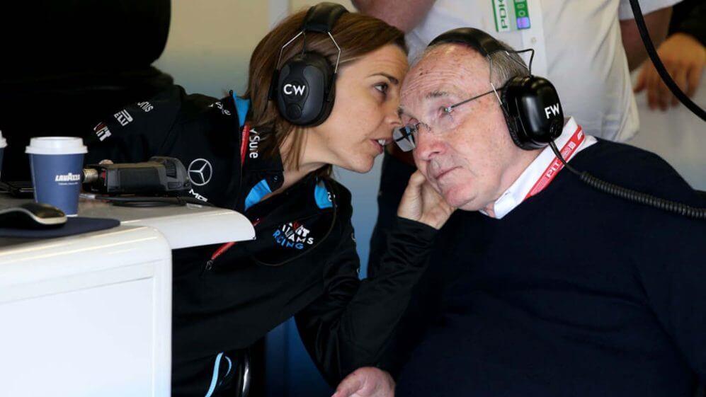 Claire conversa com o pai Frank Williams no boxe da Fórmula 1
