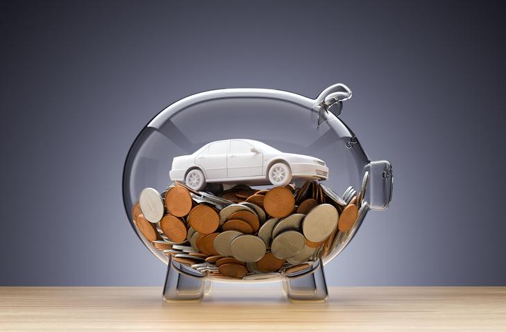 Cofre transparente com diversas moedas e um carrinho de brinquedo dentro, como se estivesse financeiramente protegido.