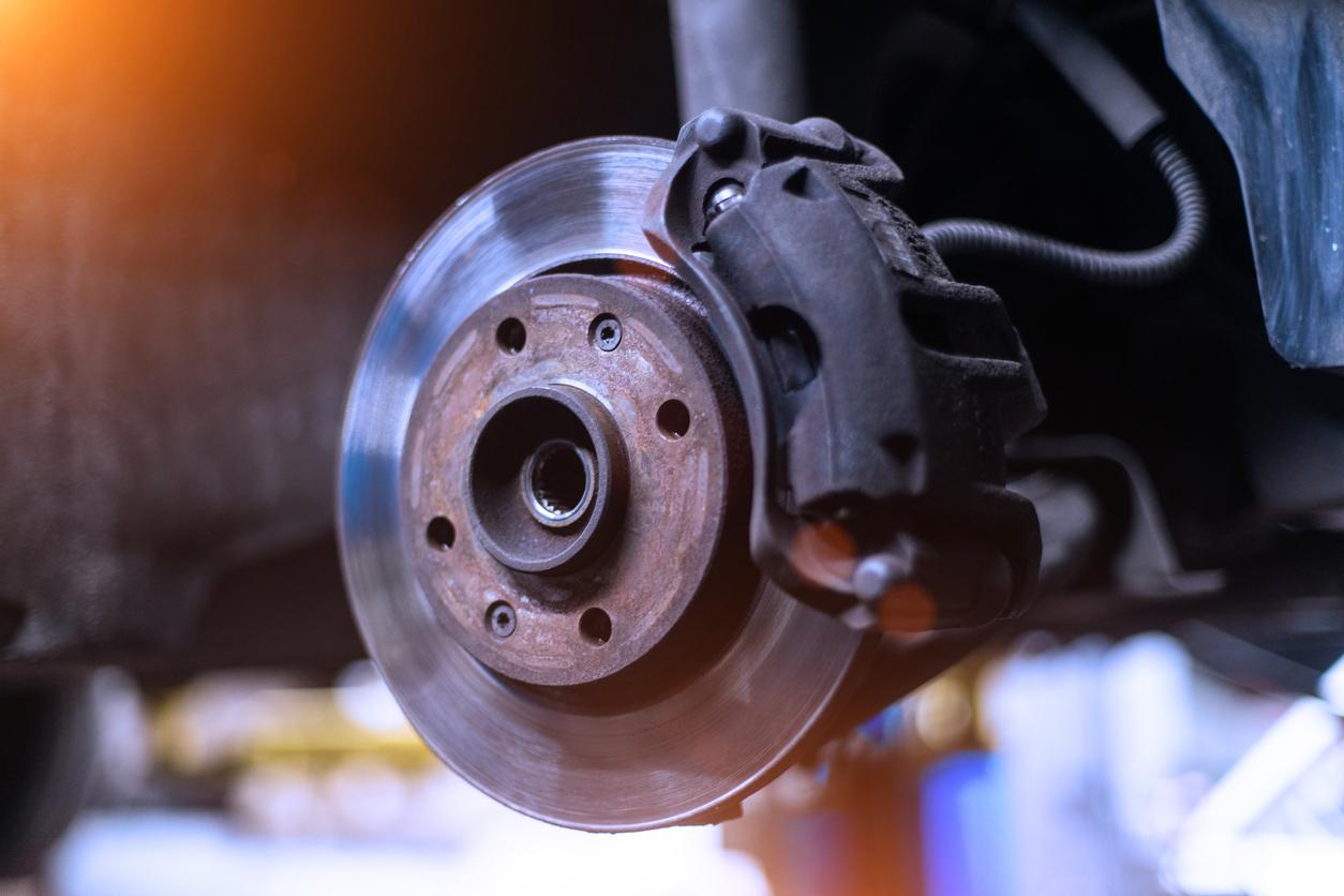 Imagem mostra sistema de freio automotivo em destaque