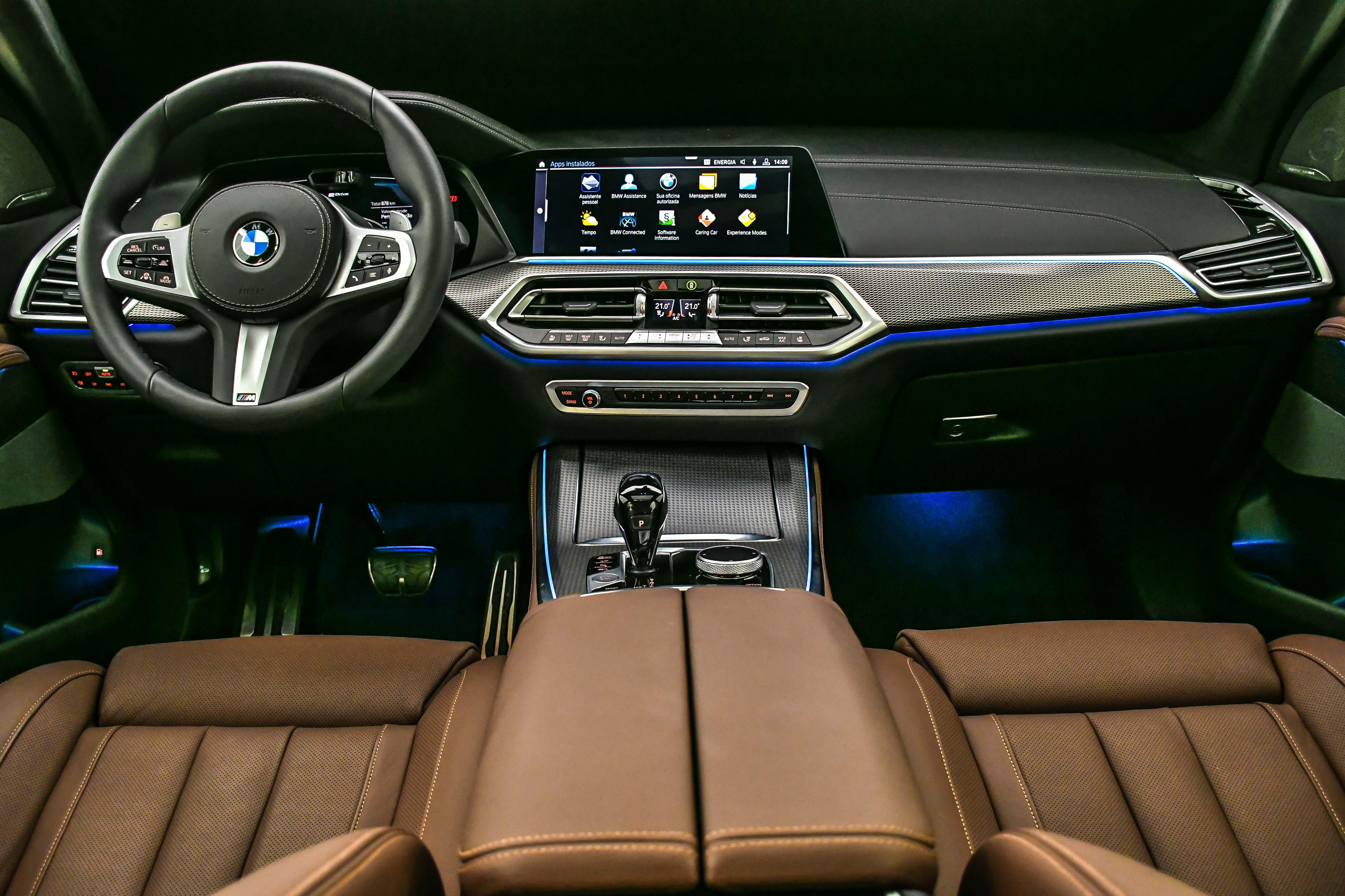 Cabine do SUV é luxuosa e recheada de materiais de extrema qualidade