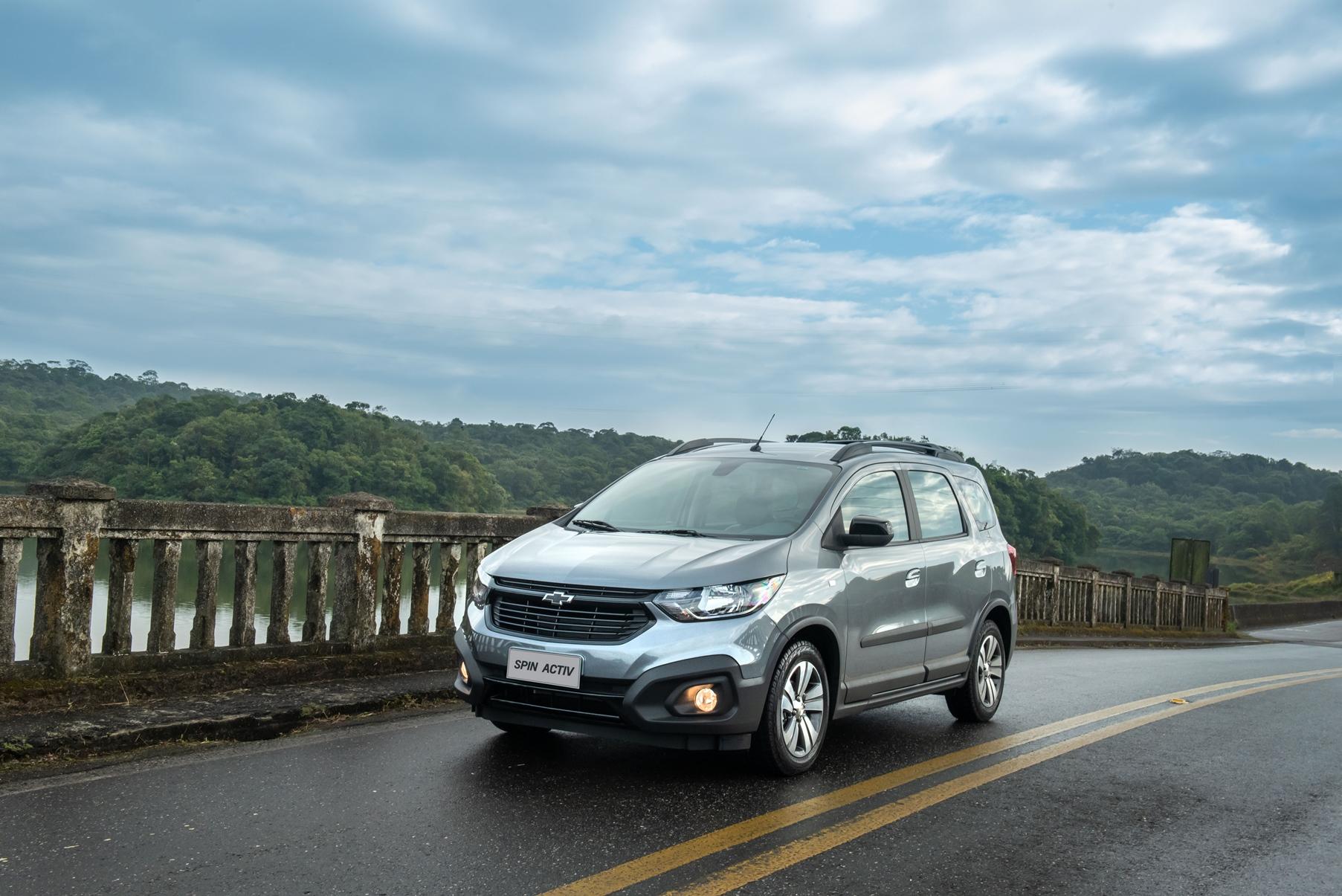 Chevrolet Spin Activ andando na estrada com paisagem natural e céu azul
