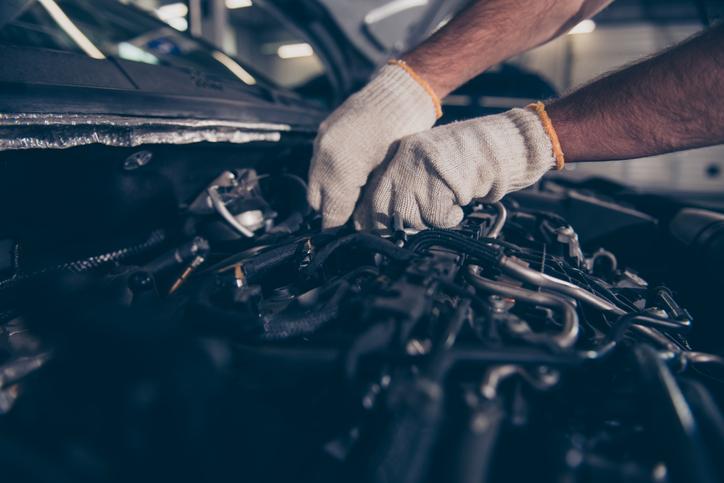 Homem faz revisão em motor do carro