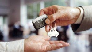 venda de carro com o FazTudo Webmotors: homem entrega chave do carro a outro