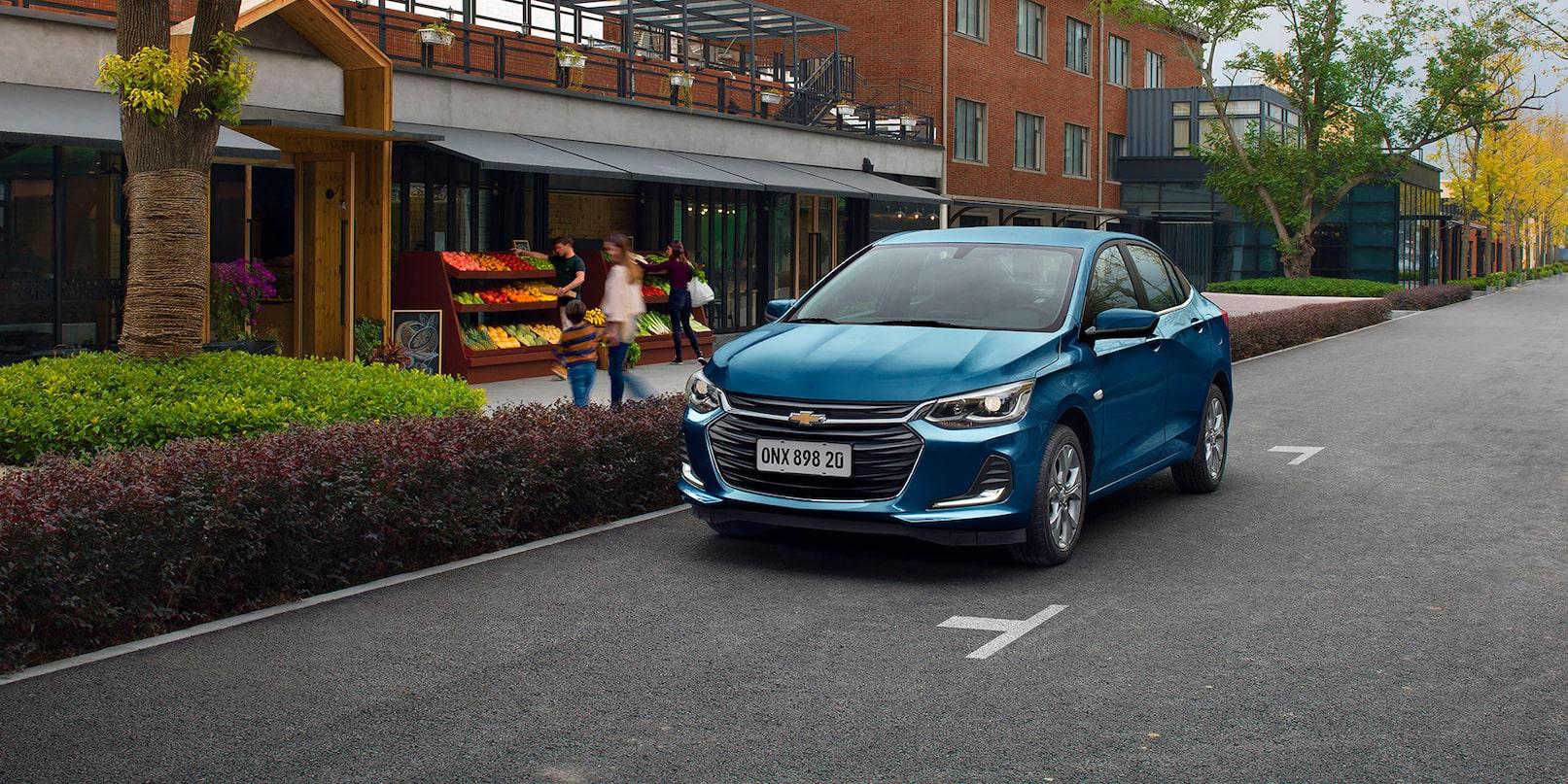 Chevrolet Onix Turbo Premier azul estacionado na rua