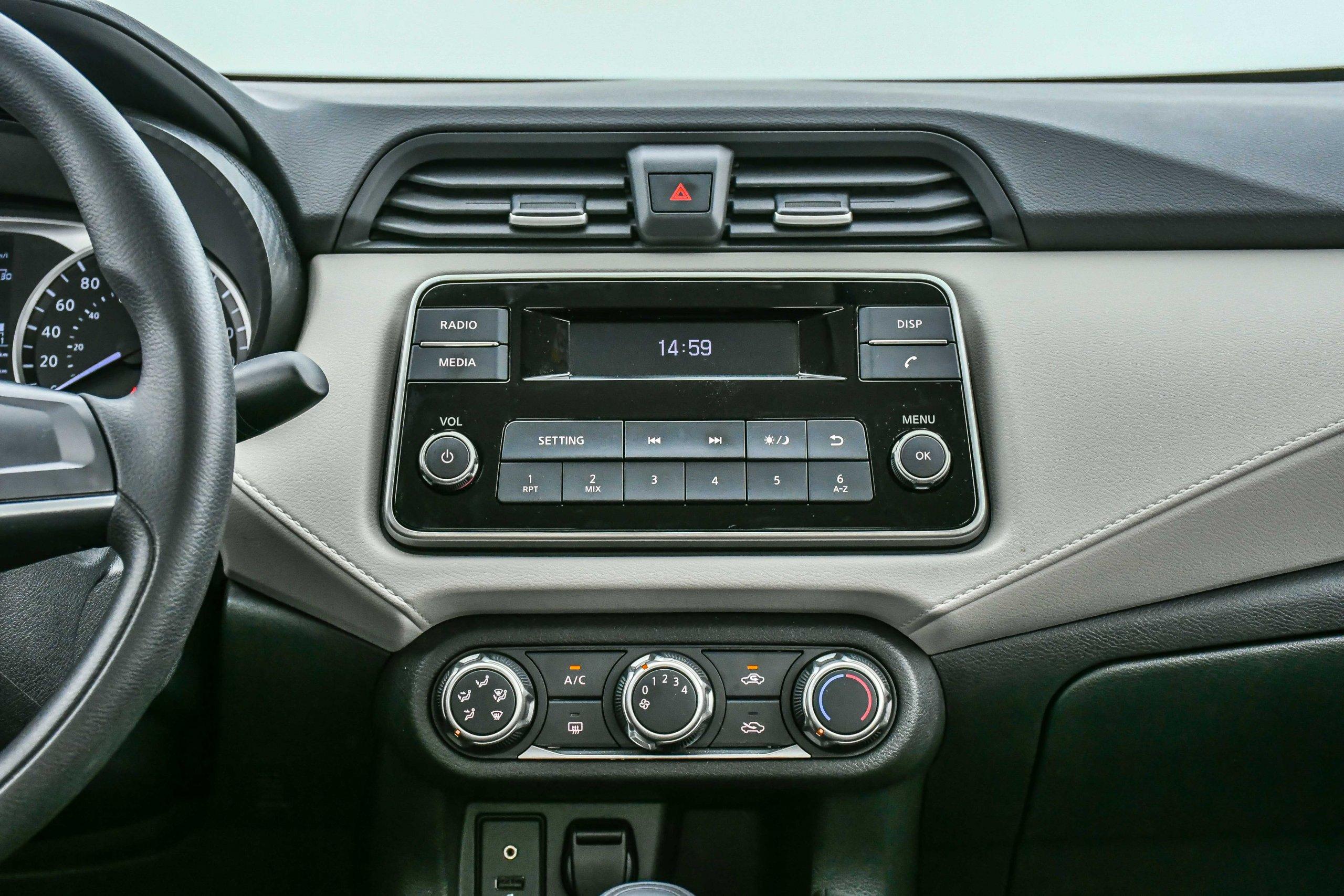 Nissan Versa Sense 7607