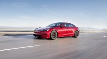 Tesla Model S Plaid vermelho em movimento em estrada