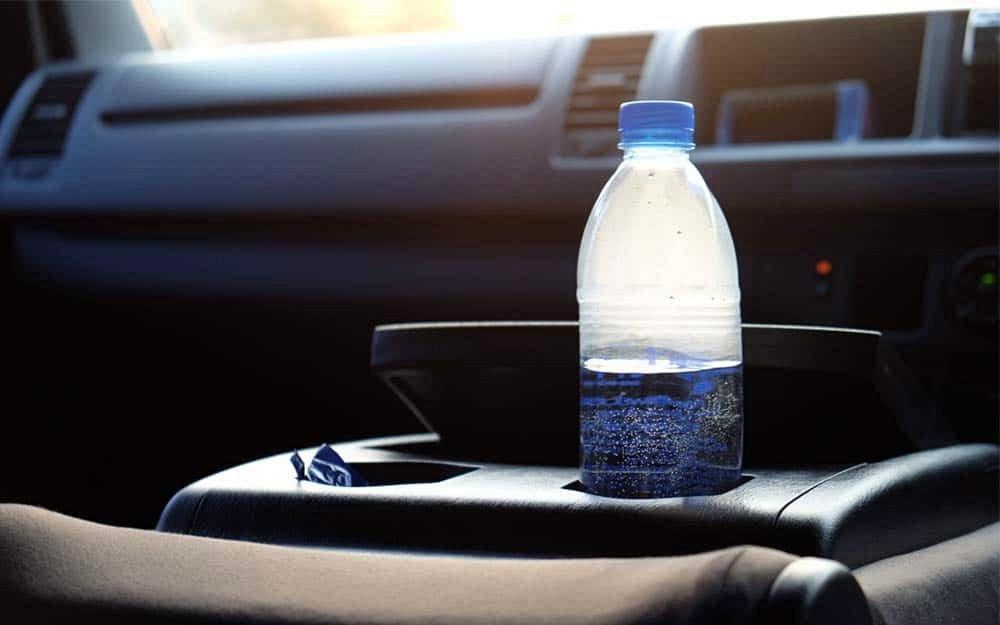 Garrafas com água podem provocar incêndio no interior do veículo